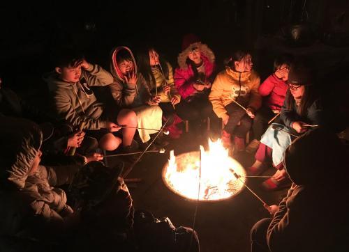 營火團聚,最棒的是可以吃烤棉花糖!